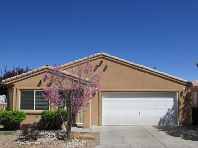 GREAT Home in Desirable Vista Del Norte! This Light and Bright Home Offers Laminate Flooring and NEW Carpet in the Master Bedroom. Private Backyard with Grass and Patio. Easy access to Parks, Biking/Walking Trails, Shopping, Dining, and Freeway.