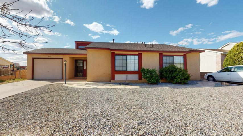 Move in Ready River's Edge in Rio Rancho, High ceilings, in great room that is open to dining room. Nook in kitchen with half wall open to dining room.  Large backyard with aLarge Covered Patio.  Backyard Access, room for boats, RV's Extra vehicles.