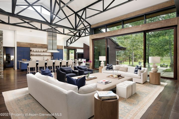 Incredible beam work, ceiling hight and entertaining area