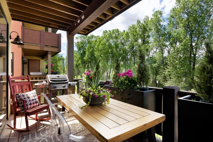 This gorgeous Shadowrock townhome has all the modern finishes and upgrades desired by today's buyer! This is the newer, larger floorplan with 3 bedrooms, 3.5 baths plus a spacious family room on the lower level and a 2 car garage. Additional features include three private decks, AC, tank-less water heater, large kitchen island and a gas fireplace in the living room. The central location just across from Willits is very desirable with easy access to shopping, great restaurants and walking distance to Crown Mountain Park and RFTA. **Matterport VIRTUAL TOUR just added under the photo tab!!**  Furnishings negotiable.
