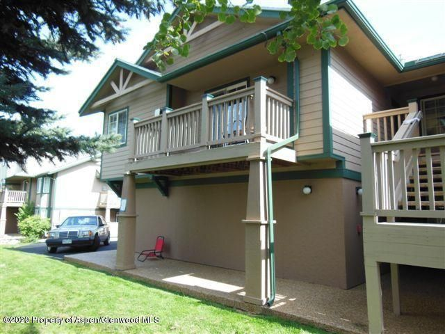 Top floor 2 bedroom Villa at Elk Run condo facing Roaring Fork River.   Vaulted ceiling in living room.  Great view from living room deck.  Walk to schools, shopping and dining.  One car garage plus additional outdoor parking.