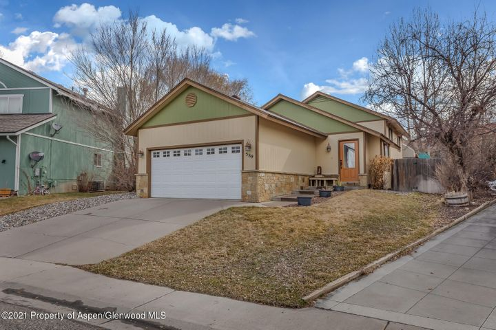 Nestled in the Castle Valley Subdivision, this 4 bed 2 bath single family home offers quality and comfort. Located a stone throw away from Alder Park, Kathrine Senior Elementary School and Riverside Middle School, access to area amenities couldn't be easier!