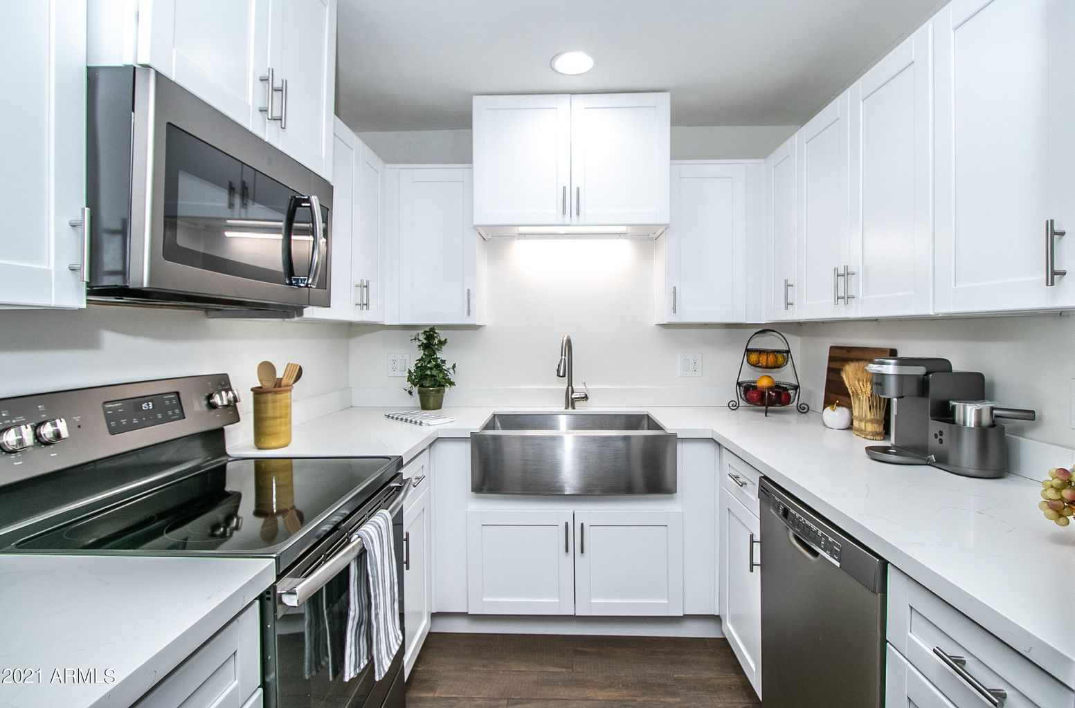 Gorgeous NEW Kitchen: Updated kitchen! Everything's NEW: Stainless Steel appliances, Quartz counters, soft-close cabinets, More