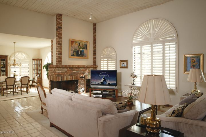 Vaulted ceilings || Spacious living room - dining room - wetbar || Plantation shutters || Impeccable inside and out ||