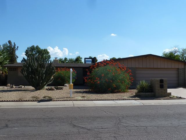 Desirable 'Sands Oasis' offers this mid-century modern ranch built by ET Wright!