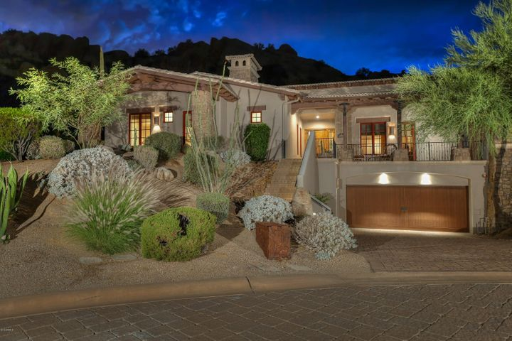 BEAUTIFULLY SITED IN THE ROCK'S WITH PRIVATE OUTDOOR SPACES.