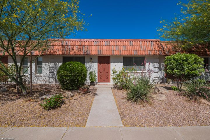 Your new home in Park Orleans is neat as a pin and a delightful location in downtown Scottsdale.