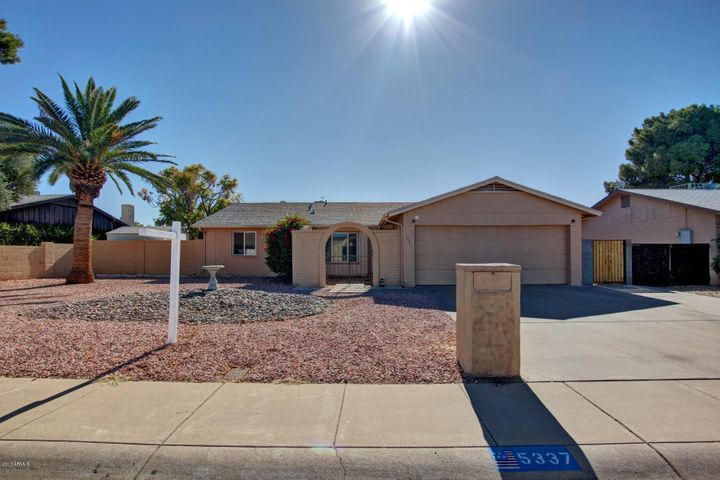 NICE 3 BDRM/2BATH HOME WITH FRONT COURTYARD, POOL AND BONUS ARIZONA ROOM!
