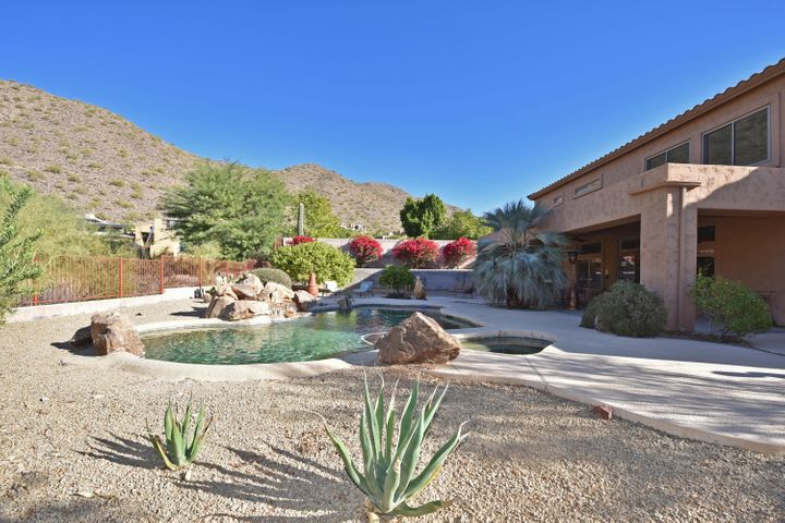 Spectacular mountain views surround the backyard!