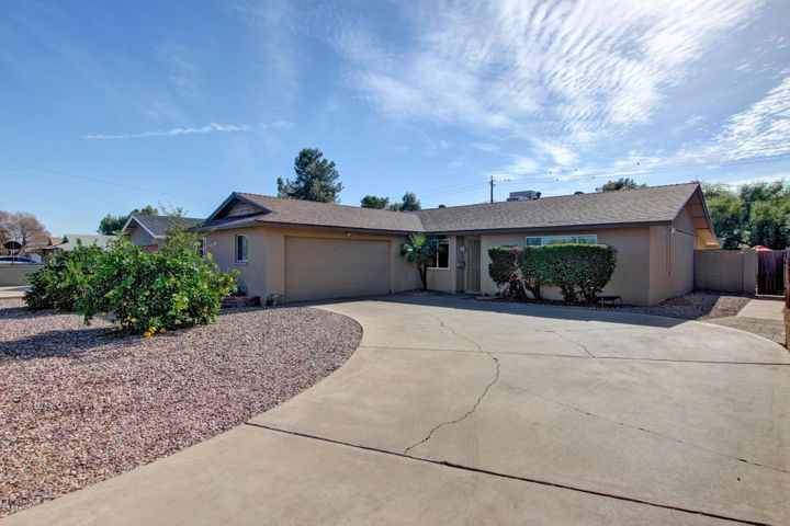 Great low maintenance curb appeal and plenty of parking!!