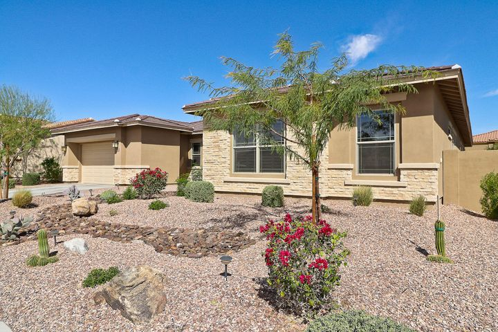 3 bedrooms, 3.5 Baths located on a north/south exposure lot