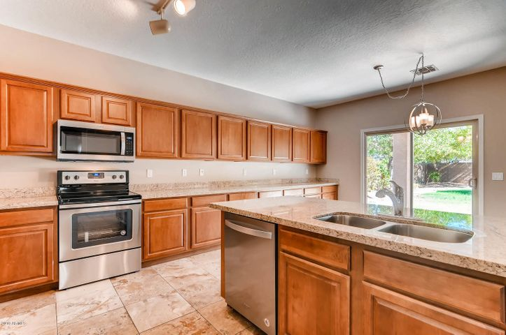 Upgraded kitchen with granite counters & s/s appliances