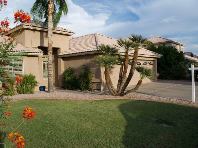 SPACIOUS ENTRY AND DRIVEWAY
