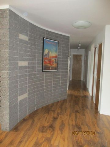 Entry area with curved wall