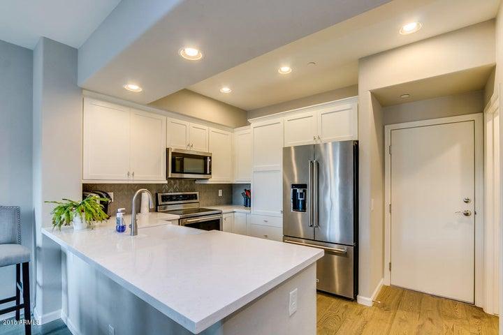 Beautiful quartz countertops & Kitchen Aid Appliances