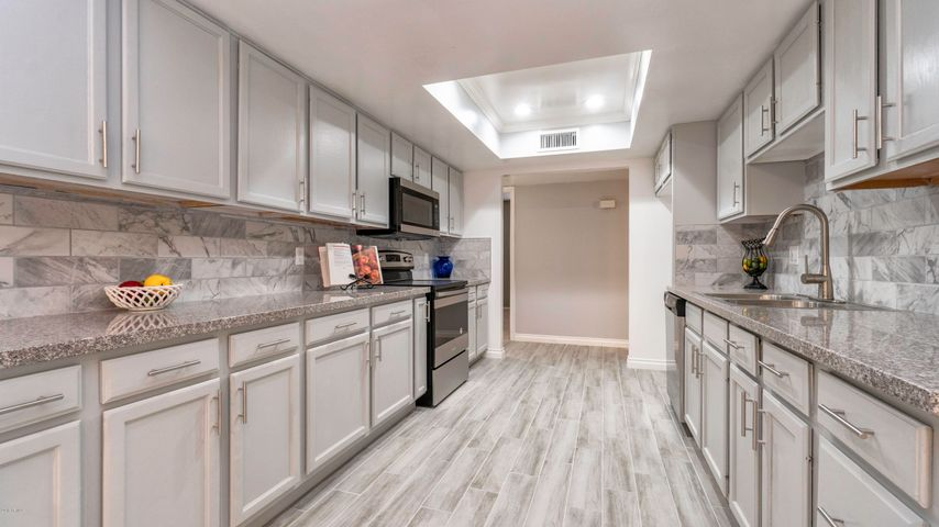 GORGEOUS REMODELED KITCHEN! GRANITE COUNTERS. TILED BACKSPLASH