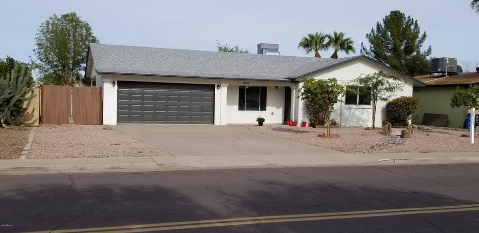 Welcome home! Built new from studs up. HUGE lot in established neighborhood. Great location near ASU, local schools, 60, 101 and 202.