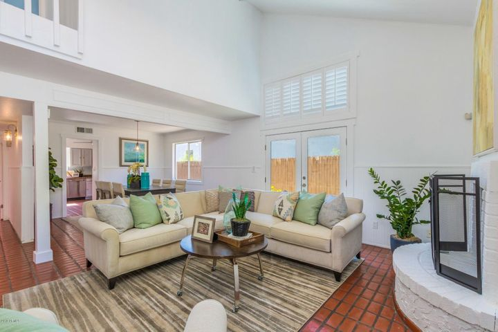*Soaring Ceilings - Light + Bright - Fireplace*