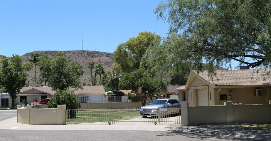 Front yard w/mountain view