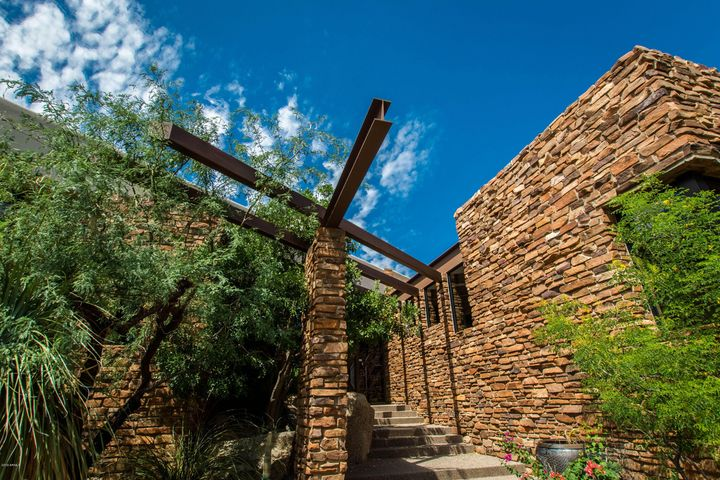 The builder used a mix of Hulapai Chocolate Sandstone and Arizona Moss Rock (surface gathered, and sought after for its weathered look) A dramatic Arizona home.
