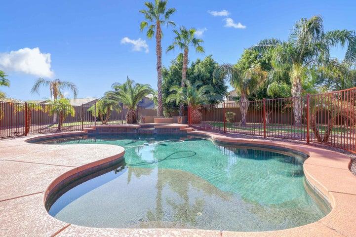 Pool with baja step