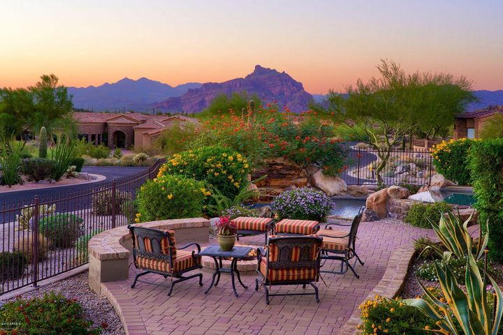 Enjoy the beauty of the Sonoran Southwest! Stunning views of Red Mountain and Tonto National Forest.