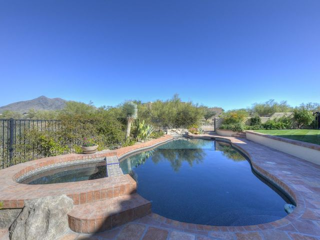 Beautifully maintained landscaping ~enjoy the views!