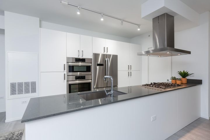 Beautiful white custom kitchen w/gas cooktop