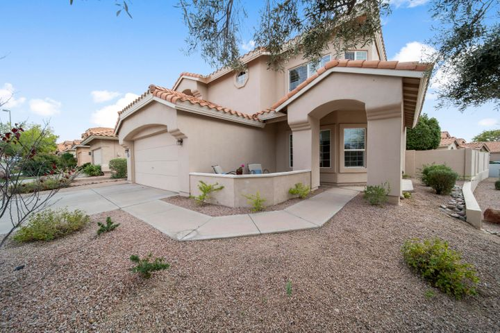 3 Bed + Loft, 2.5 baths, 2 c gar. 2472 sq.ft. of fine living on an oversized, corner lot in Red Mountain Ranch.