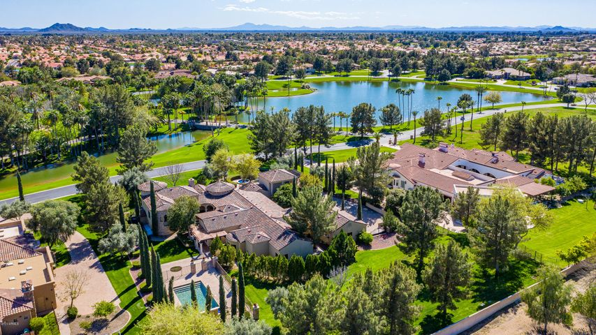 Oakwood Hills is a private gared enclave of 29 homes estates on between 1.2 - 1.6 acres -- all estates have waterfront VIEWS of the 15 acre fresh water lake within the community.