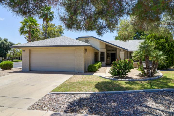 Centrally located Sun City West Home