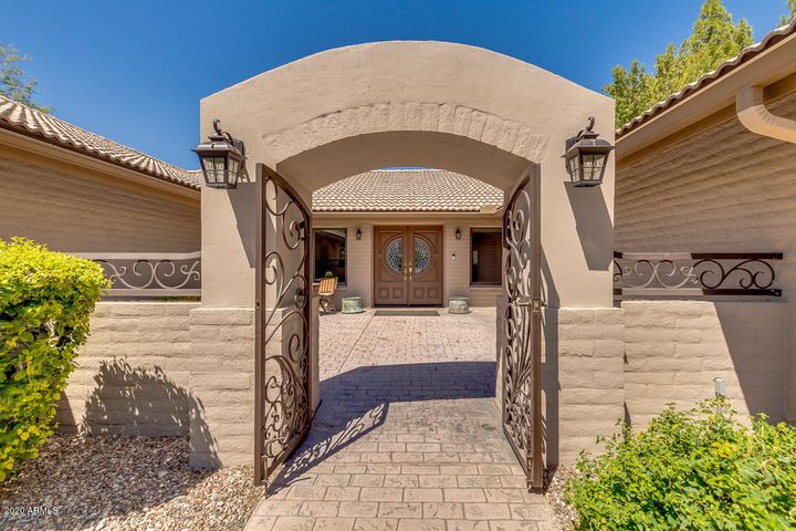 Private & spacious front Courtyard