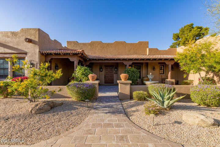 Presenting single level with workshop/Rv and 2 stalls horse facility on 1.172acres. NO HOA!!! Convenient location in Scottsdale.