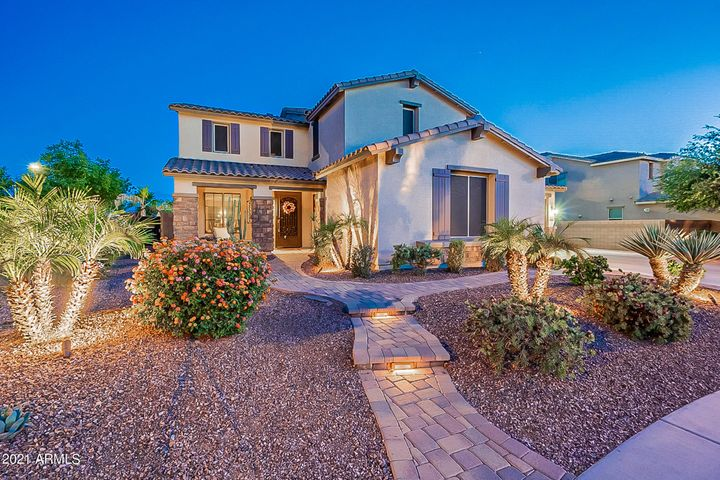 Gorgeous curb appeal ~ private street!