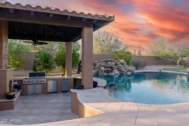 Pool Kitchen with Swim-Up bar