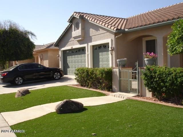 Inviting curb appeal. Synthetic low maintenance grass.