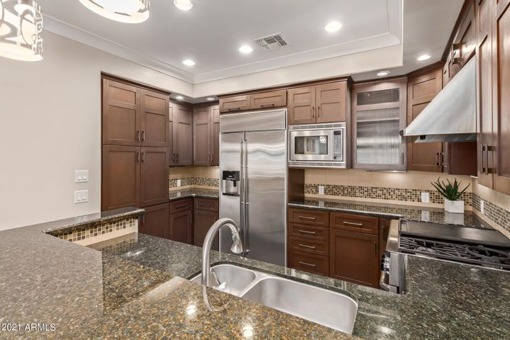 Gourmet Kitchen with Granite counter & Breakfast bar.