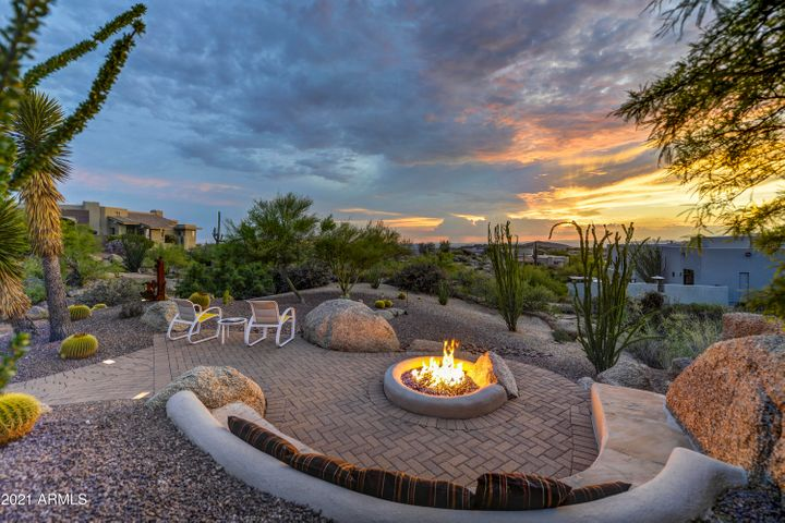 An entertainment area to enjoy sunsets and mountain views.