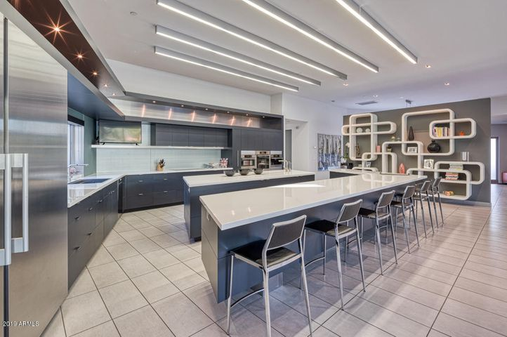 Stunning Kitchen w/ Island