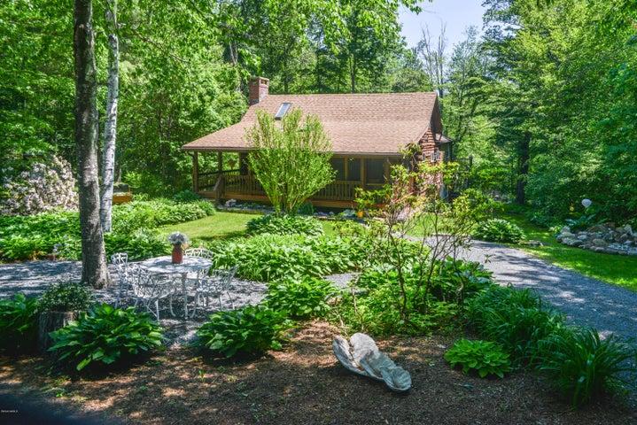 Cozy YET Spacious Modern Log Home