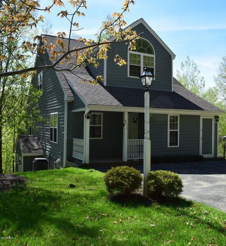 9411 Mountainside Dr, Hancock, MA 01237