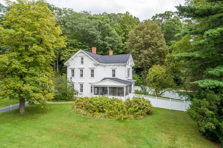 2 Laurel Ln, Stockbridge, MA 01262