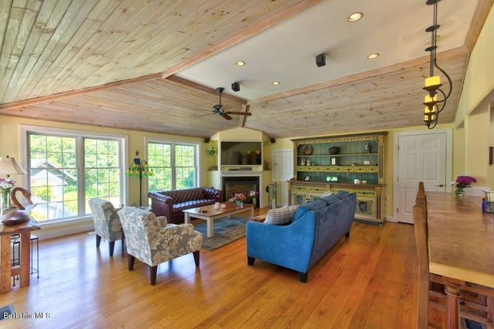 29 Mahkeenac Rd, Stockbridge, MA 01262