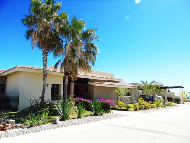 BEAUTIFUL RESIDENCE IN CLUB CAMPESTRE SAN JOSE, 3 BEDROOMS WITH 3 COMPLETE BATHS, 1/2 BATHROOM FOR VISITS, KITCHEN, DINING ROOM, TERRACE, POOL, PANTRY, SERVICE ROOM AND PARKING FOR TWO CARS.AN EXCELLENT VIEW TO THE SEA AND THE  GOLF CLUB.