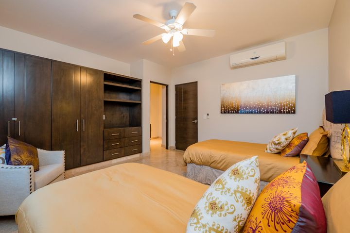 Guestroom 4 - plenty of storage