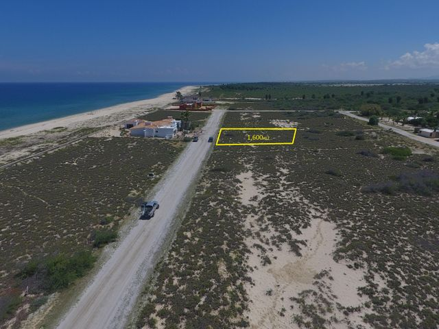 Great third row lot in the Rancho Los pinos. A very we equipped beach front community. All the services including underground electricity, water, sewer hook ups. Amazing views and amazing calm beach on the sea of cortez...Only 1 km down the beach from the four seasons and Costa Palmas Marina...