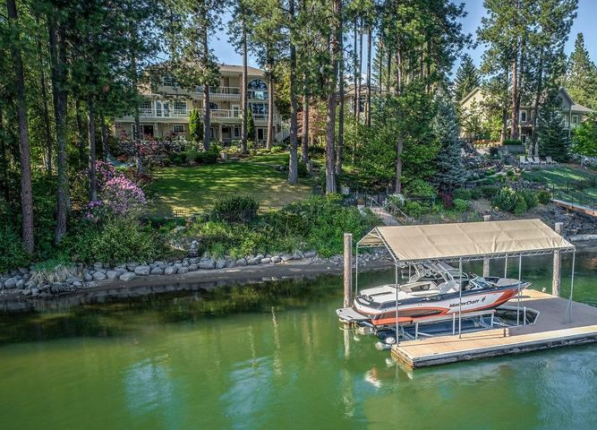 101 ft of deep water frontage. Just a short boat ride to Lake Coeur d'Alene!