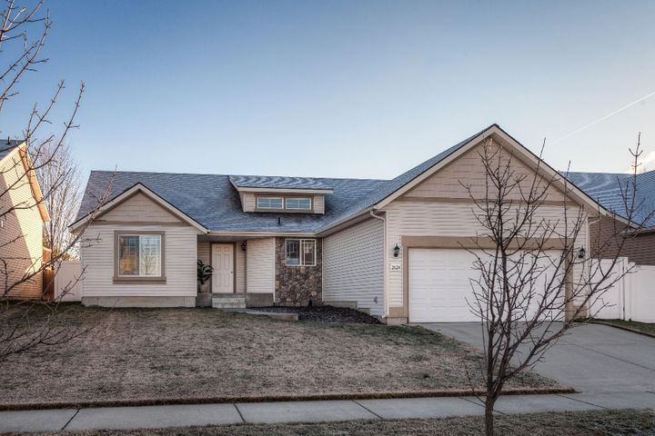 Fieldstone beauty with an open plan design all on 1 level with 3 bedrooms, 2 full baths, vaulted ceilings, 1314 SF and a large fenced back yard...great for your easy living lifestyle.
