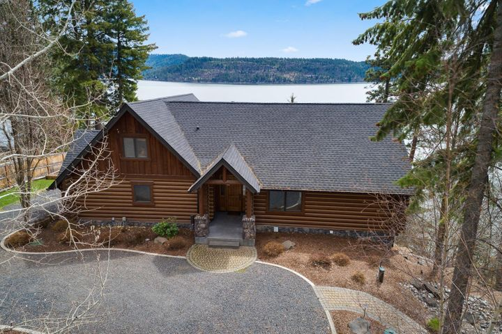 Lovely log home in pristine condition