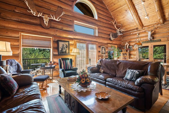 Beautiful great room with vaulted ceilings